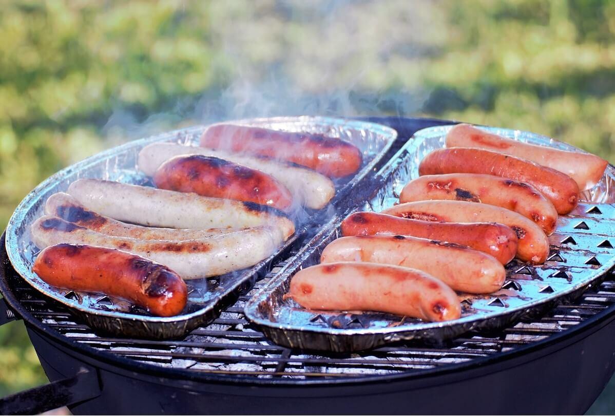 キャンプの寒い中食べるウインナーがおいしいということを示した画像