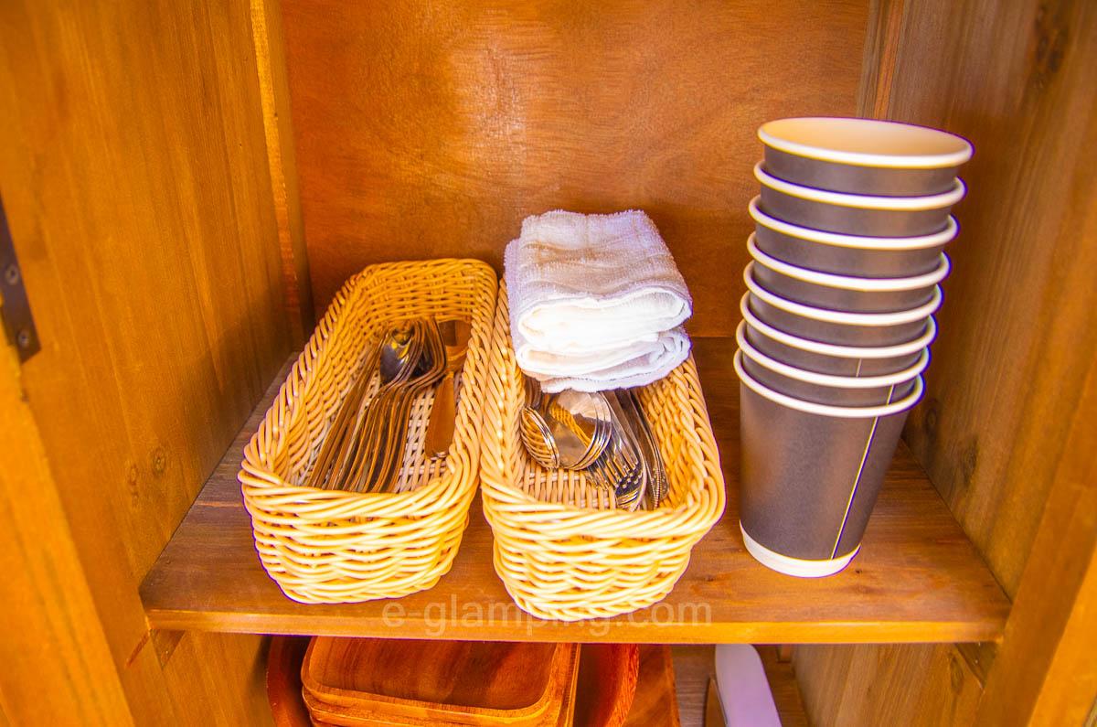 京都瑠璃浜グランドーム天橋立のテントの中には箸やコップも用意されている