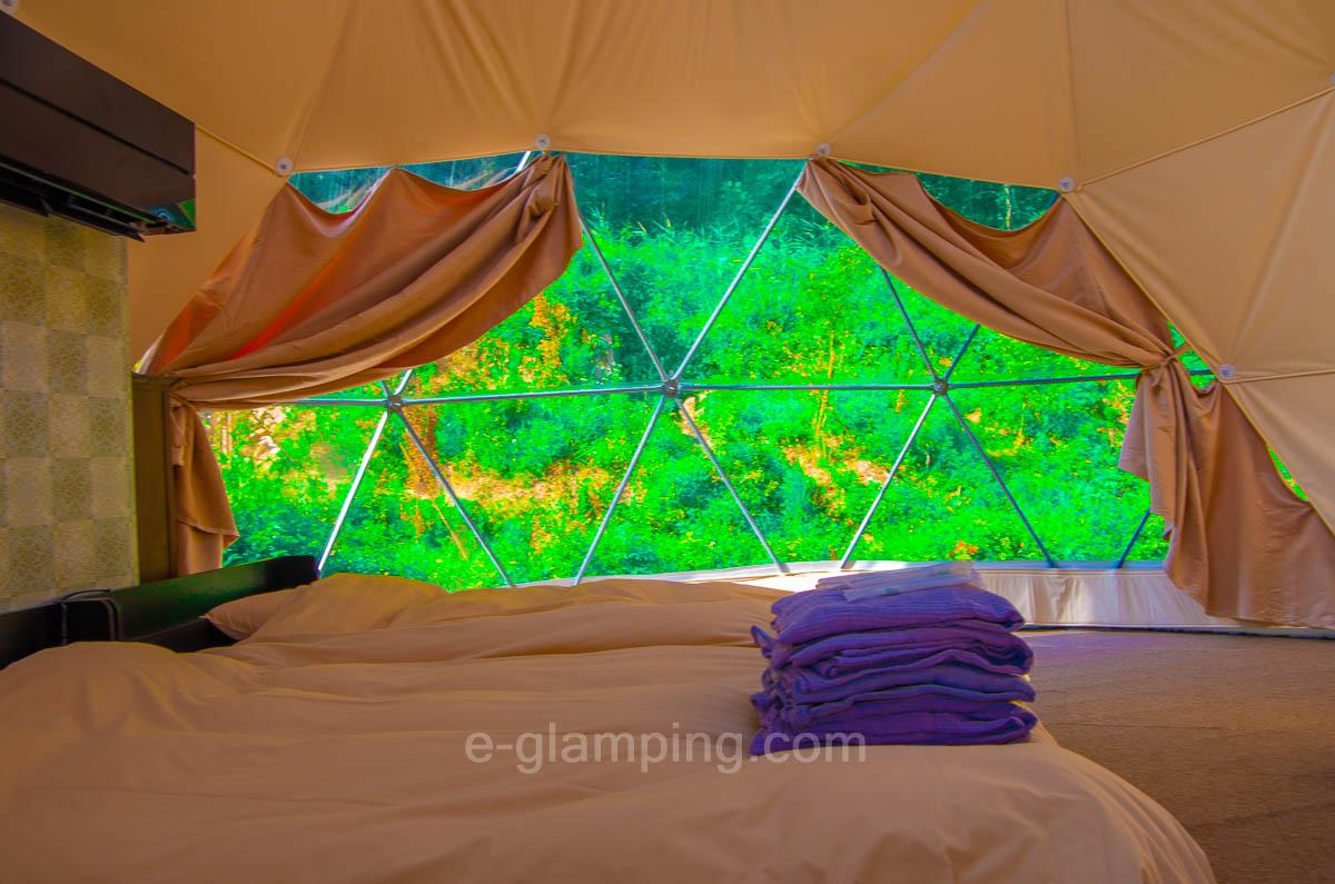 ドームテントフォレストビューはカーテンを開けたときに森が見えることを示した画像
