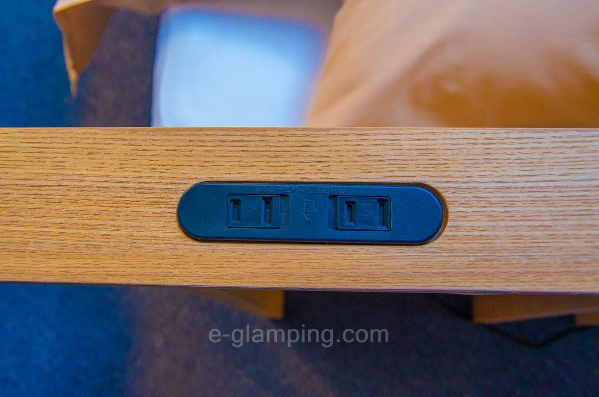 京都瑠璃浜グランドーム天橋立のベッドの近くにはスマホを充電できる