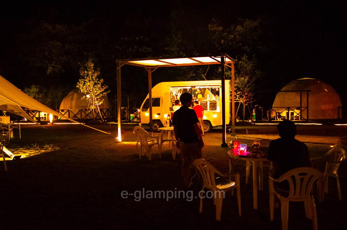 京都瑠璃浜グランドーム天橋立では夜になるとアルコール類を提供してくれるBARカーが登場する