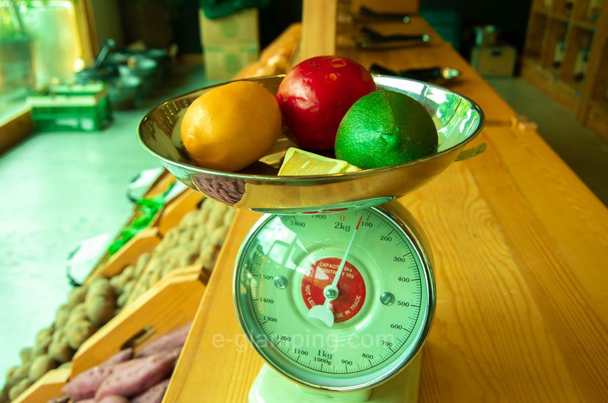 京都るり渓GRAX(グラックス)の野菜が置いてある横には測りが置いてある