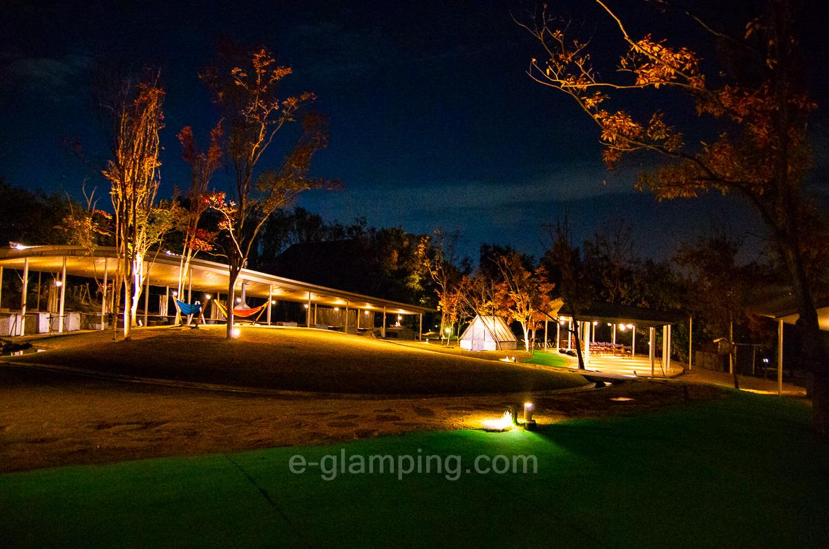ホテル・ロッジ舞洲、森とリルのBBQフィールドの夜の写真