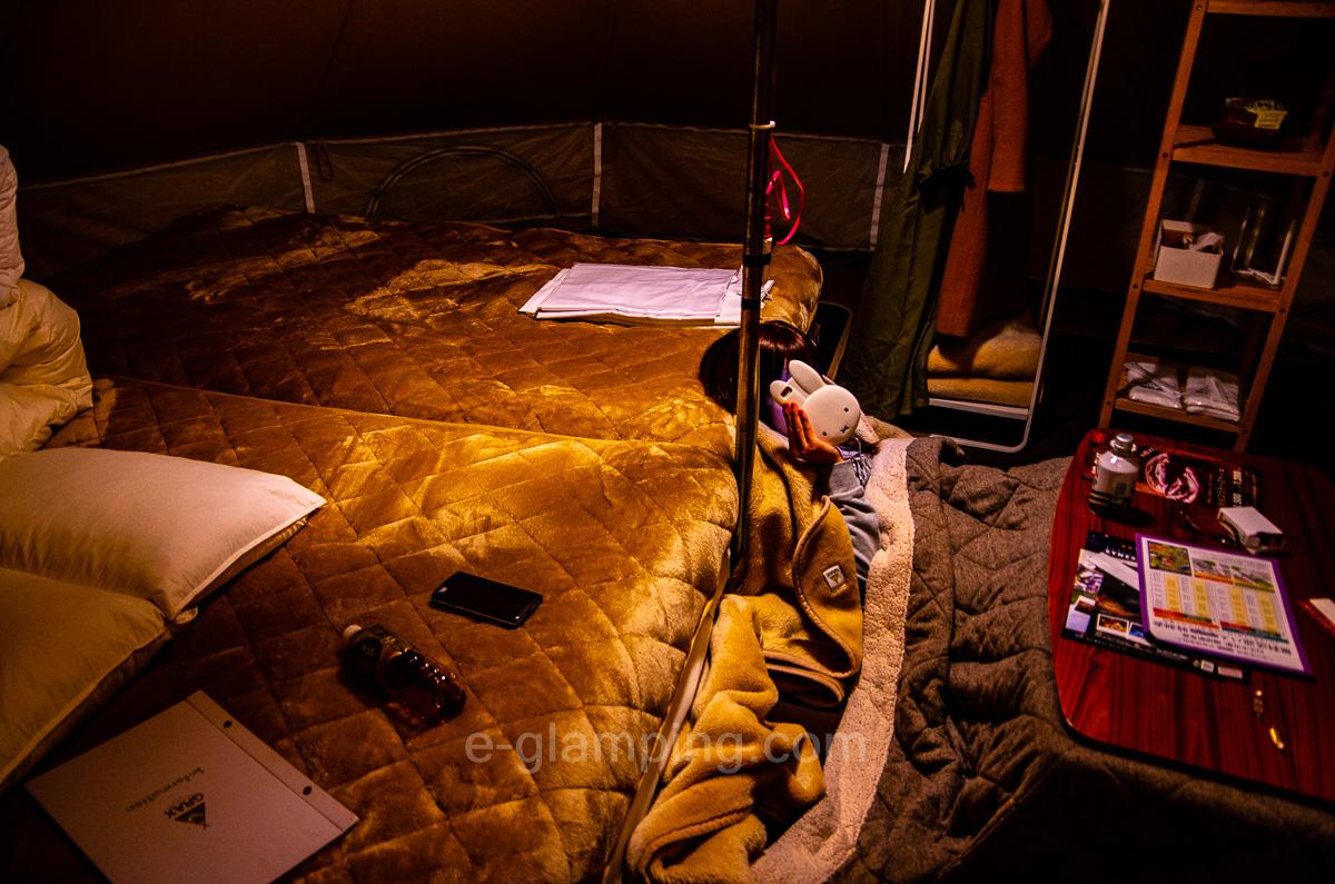 冬グランピング、グラックスの夜テント内