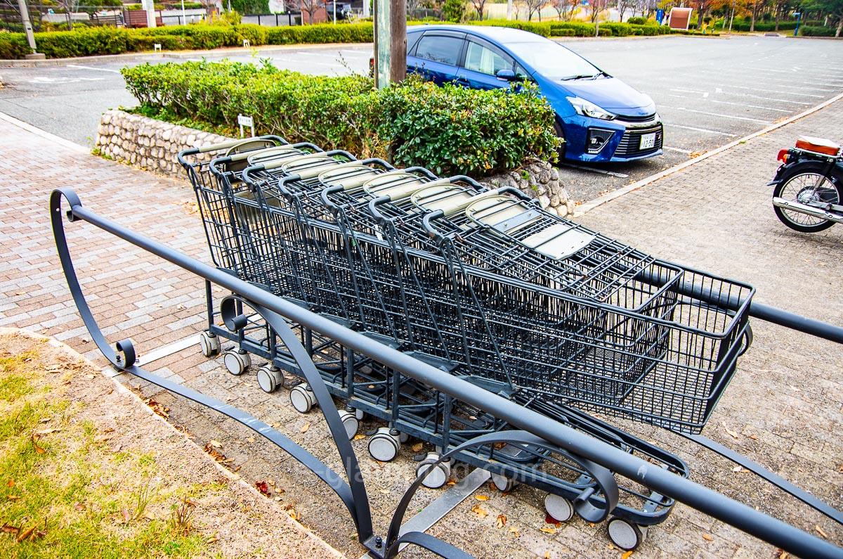 ホテル・ロッジ舞洲、森とリルのBBQフィールドには駐車場に持ち運び用ショッピングカートが置いてある