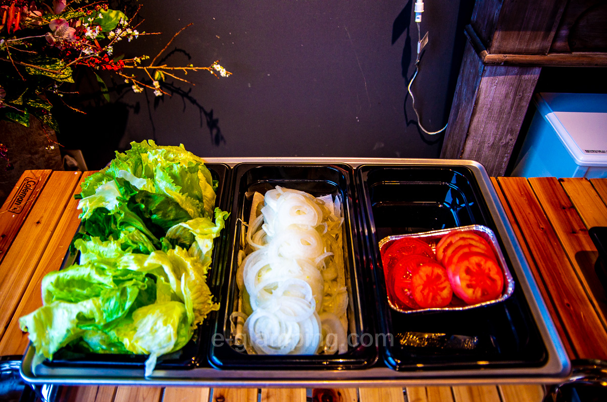 冬グランピング朝バーガー具材、トマト、玉ねぎ、レタス