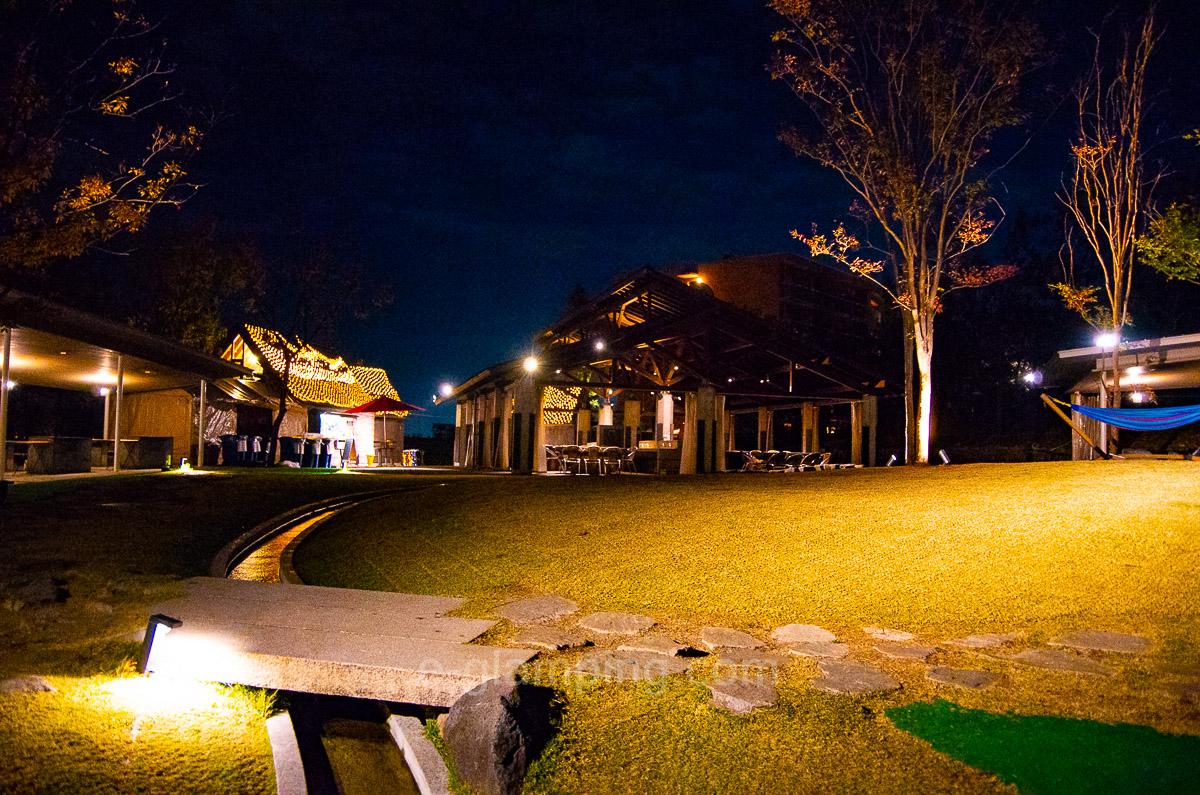 ホテル・ロッジ舞洲、森とリルのBBQフィールド夜写真2