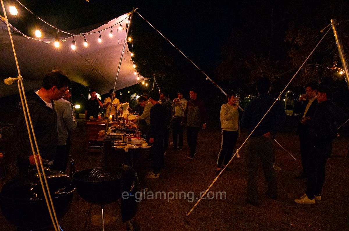 ホテル・ロッジ舞洲、森とリルのBBQフィールド夜写真3