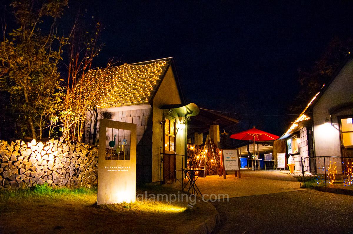 ホテル・ロッジ舞洲、森とリルのBBQフィールドの夜写真