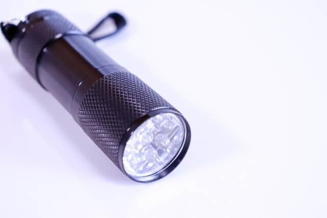 グランピングでは懐中電灯も必要な持ち物である
