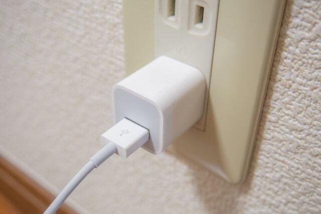 グランピングではスマホの充電器も必要な持ち物である